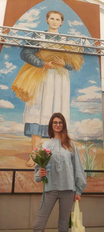 Oliwia Dąbrowska na tle portretu bł. Karoliny na Gali rozdania nagród