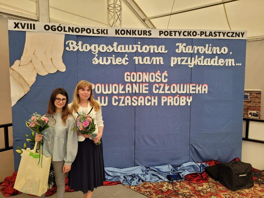 Oliwia Dąbrowska z opiekunką sukcesu panią Jolantą Witek na Gali rozdania nagród