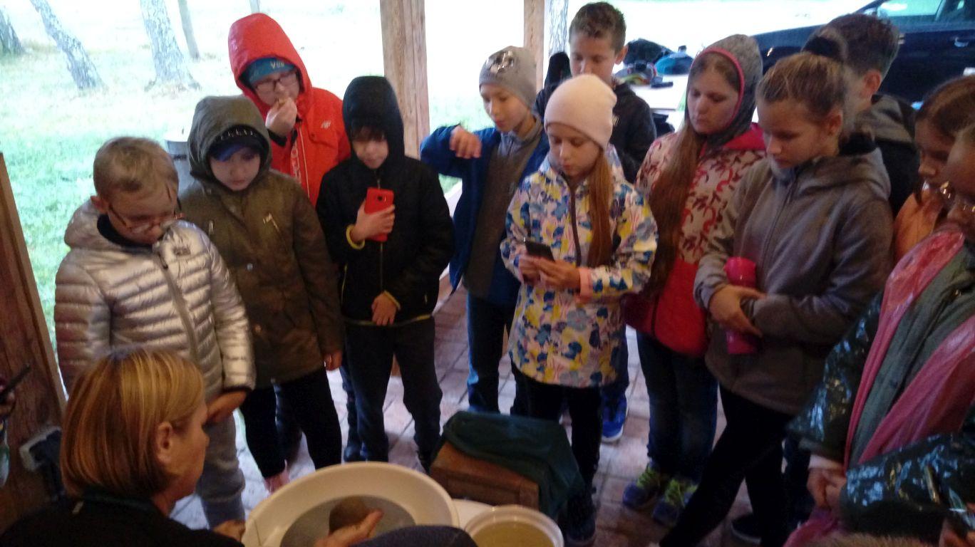 Uczniowie kl.4b SP8 na warsztatach garncarskich w skansenie, w Kolbuszowej 30IX21r (8)